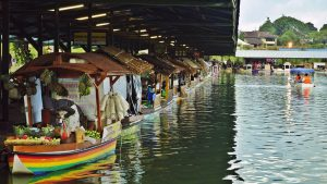 kafe di bandung yang menyatu dengan alam floating market lembang