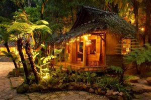 kafe di bandung yang menyatu dengan alam kampung daun malam hari